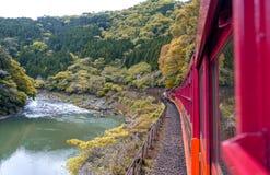Berglandskap och Hozu flod som ses från Sagano den sceniska järnvägen, Arashiyama Royaltyfri Fotografi