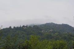Berglandskap och molnig himmel Arkivbild