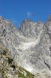 Berglandskap och röd Lomnicky för kabin för kabelbil upp till smed Fotografering för Bildbyråer