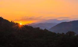 Berglandskap och soluppgång Arkivbild