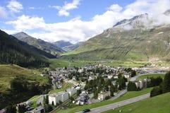 Berglandskap på Andermatt i hjärtan av de schweiziska fjällängarna fotografering för bildbyråer