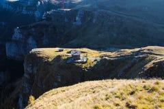 Berglandskap på hög höjd, med en cotage på de stora stenarna Arkivfoton