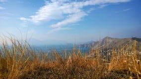 Berglandskap på Karadag och byn Ordzhonikidze Fotografering för Bildbyråer
