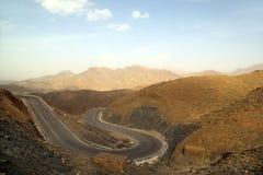 Berglandskap på vägen arkivbild
