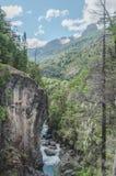 Berglandskap reflekterat i vattnet fotografering för bildbyråer