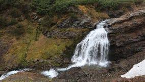 Berglandskap: sikt av den härliga vattenfallet i höst lager videofilmer