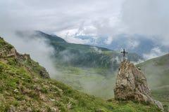 Berglandskap som inramas med moln Royaltyfri Bild