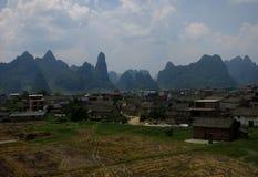 Berglandskap som omger den kinesiska lilla staden Arkivbild