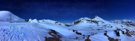 Berglandskap vid natt Royaltyfri Foto
