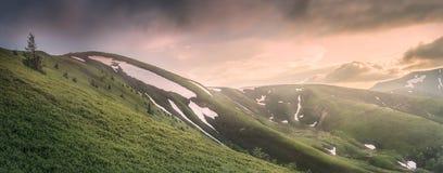 Berglandskapet av Carpathian Gorgany, Ukraina royaltyfria foton