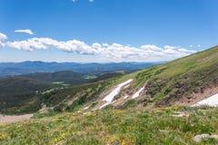 Berglandskaplandskap med blå himmel ovanför timberline Royaltyfri Fotografi