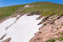Berglandskaplandskap med blå himmel ovanför timberline Arkivfoton