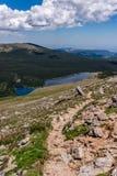 Berglandskaplandskap med blå himmel ovanför timberline Royaltyfria Foton