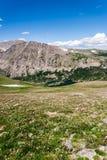 Berglandskaplandskap med blå himmel ovanför timberline Fotografering för Bildbyråer