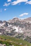 Berglandskaplandskap med blå himmel ovanför timberline Royaltyfri Bild