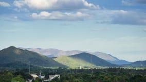 Berglandskapsikt med infrastruktur Arkivfoto
