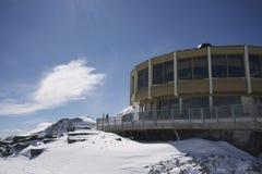 Berglanscape mit interessantem Gebäude Lizenzfreie Stockfotografie
