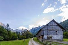 Berglantgårdhus i europeiska fjällängar, Robanov kot, Slovenien royaltyfri bild