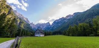 Berglantgårdhus på ängen i europeiska fjällängar, Robanov kot, Slovenien royaltyfri foto