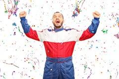 Überglücklicher Autorennläufer, der Sieg feiert Stockfotografie