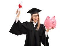 Überglücklicher Student im Aufbaustudium mit Diplom und piggybank Lizenzfreie Stockfotos