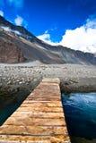 Bergliggandesikt med floden Royaltyfri Fotografi