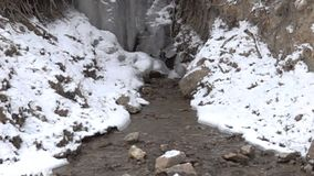 Bergliten vik djupfryst vattenfall lager videofilmer