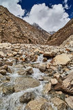Bergliten vik i Himalaya berg Arkivfoto