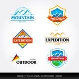 Berglogomallar och turism Expedition, affärsföretag, utomhus- emblem och symboler T-tröjamallar vektor för set för tecknad filmhj stock illustrationer