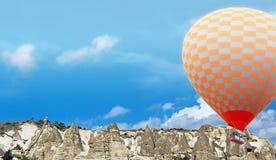 Bergluftballonger som flyger i den blåa himlen arkivfoton