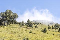 Berglutning med moln Pyrenees Andorra royaltyfria bilder