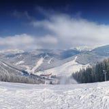 Berglutning på vintertid Royaltyfria Bilder