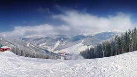 Berglutning på vintertid Arkivbilder