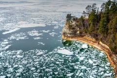 Bergmänner ziehen sich dargestellte Felsen zurück Stockfoto