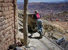 Bergmann Carrying ein LKW in ein Bergwerk Potosi Bolivien Lizenzfreie Stockfotos