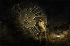Bergmann, der goldene bitcoin Münze im schmutzigen Bergwerk gräbt Lizenzfreies Stockfoto