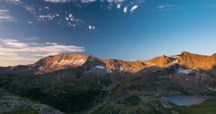 Bergmaxima med glaciärer och flyttningmoln över fjällängarna i sommar, Gran Paradiso och Vanoise nationalpark, Italien Frankrike  stock video