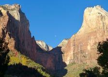 Bergmaxima och månen i Zion National Park Utah Arkivfoton