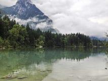 Bergmaxima som döljas i moln och mist Royaltyfri Foto