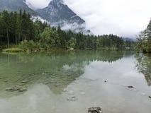 Bergmaxima som döljas i moln och mist Royaltyfria Foton