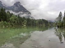 Bergmaxima som döljas i moln och mist Arkivbilder