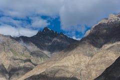 Bergmaxima som sett från den Nubra dalen i Ladakh, Indien, Asien Royaltyfria Foton