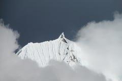 Bergmaximum i regnigt och molnigt väder arkivbild
