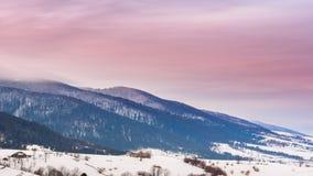 Bergmaximum med snöslaget vid vind för ligganderussia för 33c januari ural vinter temperatur Kall dag med snö arkivfilmer