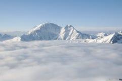 Bergmaximum som klibbar ut ur molnen Royaltyfri Bild
