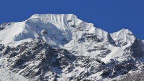 Bergmaximumet av Naya Kanga täckte vid thilglaciären och snö VI royaltyfri bild