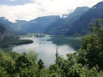 Bergmeer, Alpien massief, mooie canion in Oostenrijk Alpiene vallei in de zomer, duidelijk water stock foto's