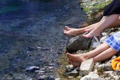 Bergmeer en vrouwelijke voeten Stock Foto's