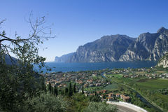 Bergmeer Garda, een Luchtmening royalty-vrije stock afbeelding