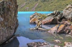 Bergmeer met blauw water Royalty-vrije Stock Foto's